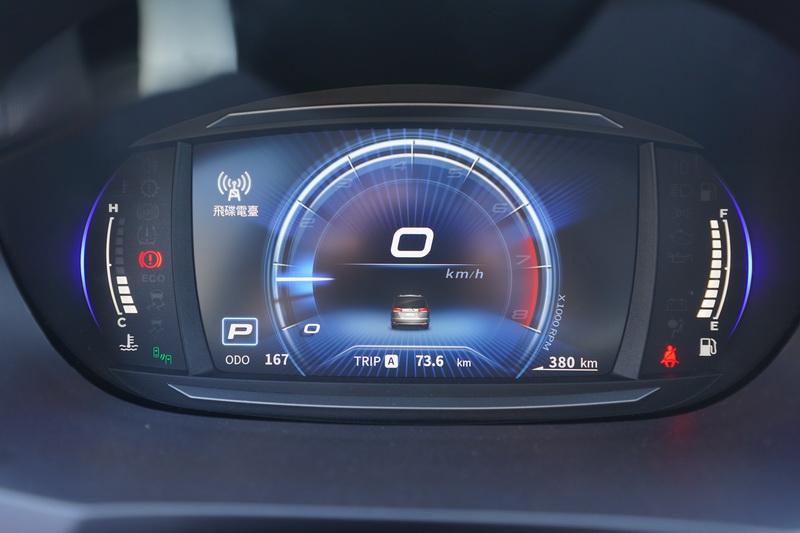 內裝最吸睛的依舊是駕駛控台上那組科技感十足的數位儀表