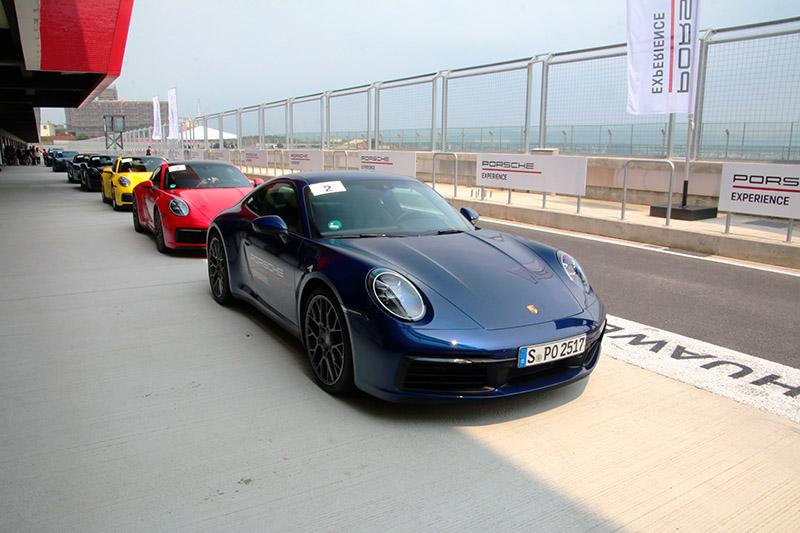 原廠提供的三輛全新911依序為有配置後輪轉向系統的911 Carrera S(藍)、無後輪轉向的911 Carrera S(紅)與四輪驅動的911 Carrera 4S,可在相同環境下感受不同設定的911之動態差異。