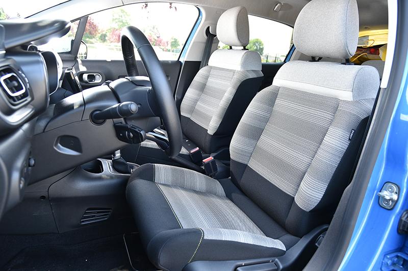 寬大的座椅相當舒適,難以想像這是一輛4米小車的前座。