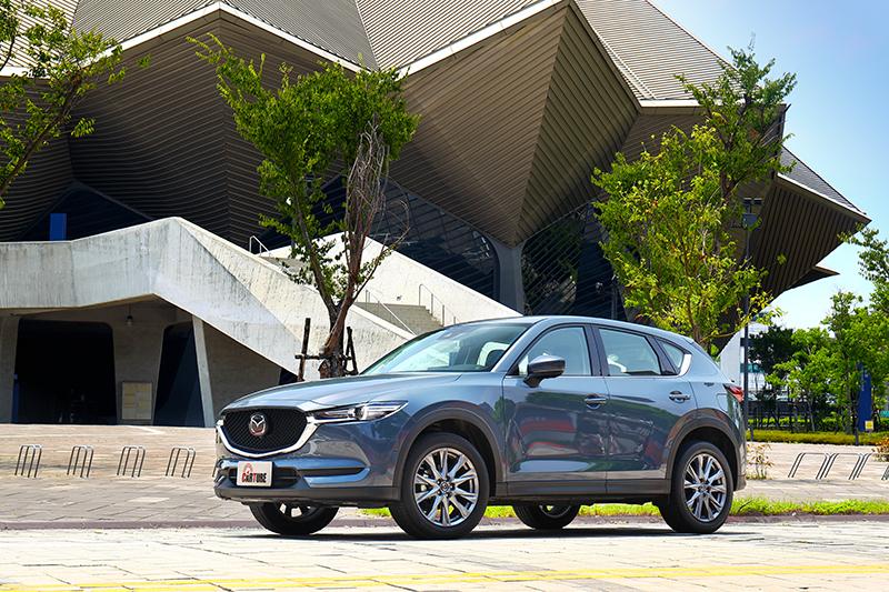 新年式CX-5提供相當具有光影層次的極境灰車色。