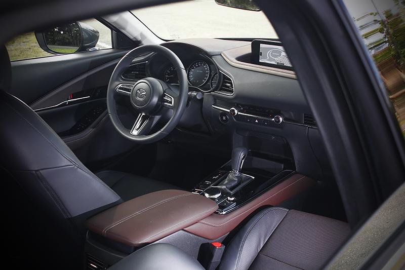 全新MAZDA CX-30座艙內的皮革車縫線完全按照精品等級的工藝標準裁量製造,忠實詮釋職人技藝的精緻質感。