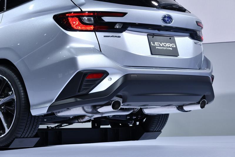 車尾線條也相當強烈,搭配ㄈ型尾燈穎著更加外放的輪廓。