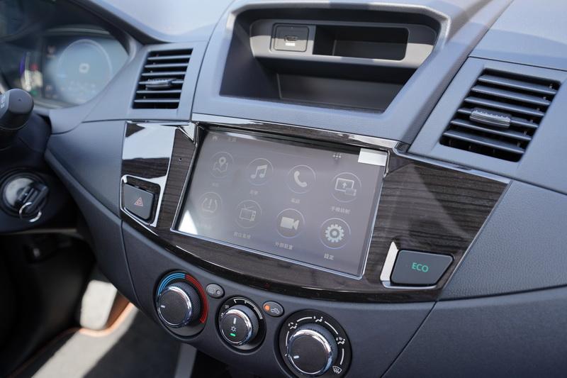 中控台、排檔座、電動窗之面板皆改用木紋飾板點綴,空調旋鈕也改用更高質感的鍍鉻圓形旋鈕
