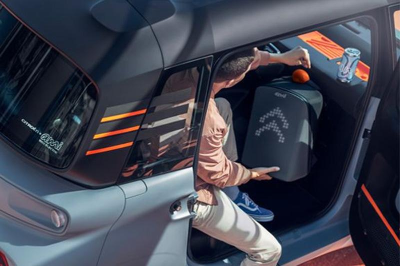 Ami副駕駛座前還擁有放置大型行李箱的空間