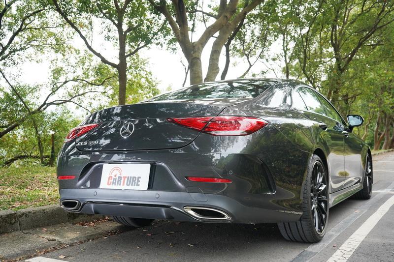 車尾同樣傳承了該車型經典的短捷斜背式設計