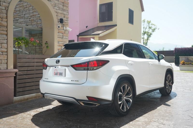 小改款車尾主要針對尾燈燈具及後保桿進行微幅調整