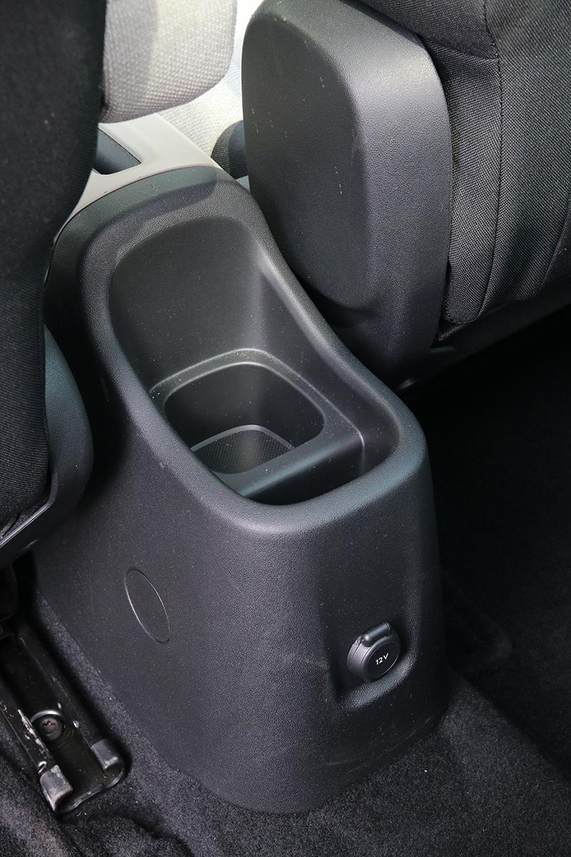中央鞍部後方備有置杯架,也能在手機充電時做為擺放手機之用。