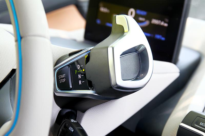 駕駛i3s唯一要適應就是動能回收減速感,及配置方向機柱的排檔桿。