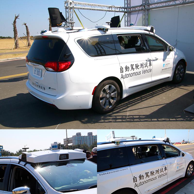 自家車頂上設置多組光電、光學感測與衛星導航接收設備。