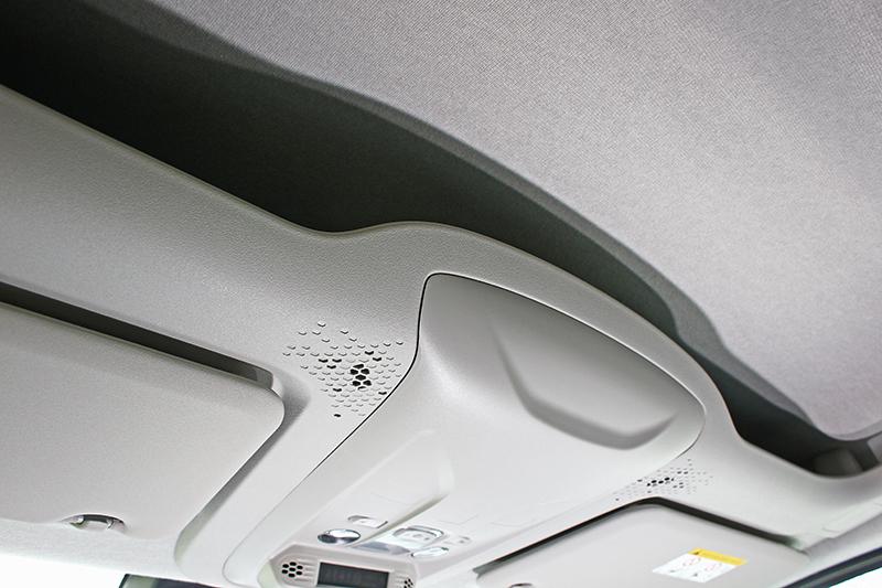 頭頂上的置物夾層可能是全車最「商旅」式的設計。