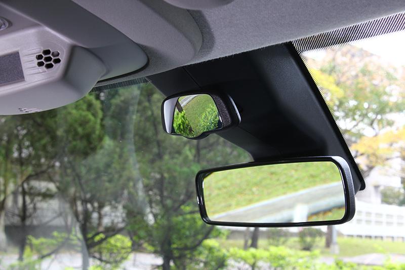 親子鏡的設計相當家庭,只不過前方機構的突起設計稍微擋住視野。