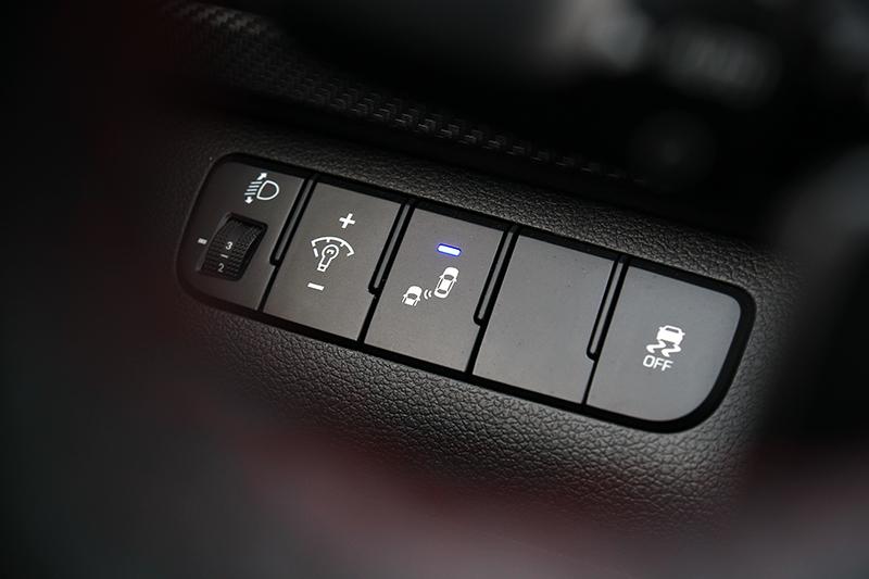 在6 SRS輔助氣囊外+ VSM車身動態管理系統的基礎上,包括了、HAC上坡起步輔助系統、BSD盲點偵測警示輔助、LCA車道變換警示輔助以及RCTA後方交通警示系統等主、被動安全系統也理所當然齊備。
