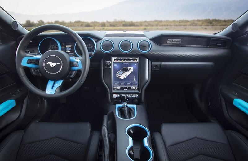 座艙以藍色呼應電動系統身分。