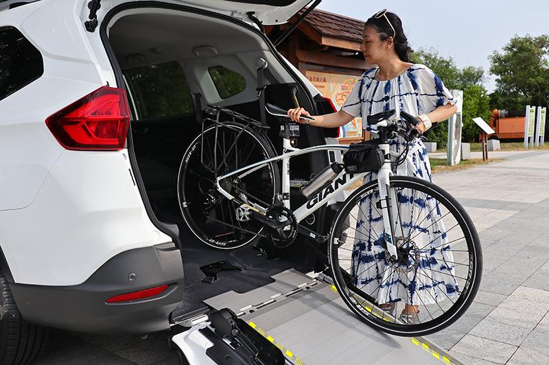 這種全尺寸公路車一般都得拆前輪才可能放得上車,但若URX 5+1則不需麻煩,只要後座椅背收折然後倒著滑入車廂即可。