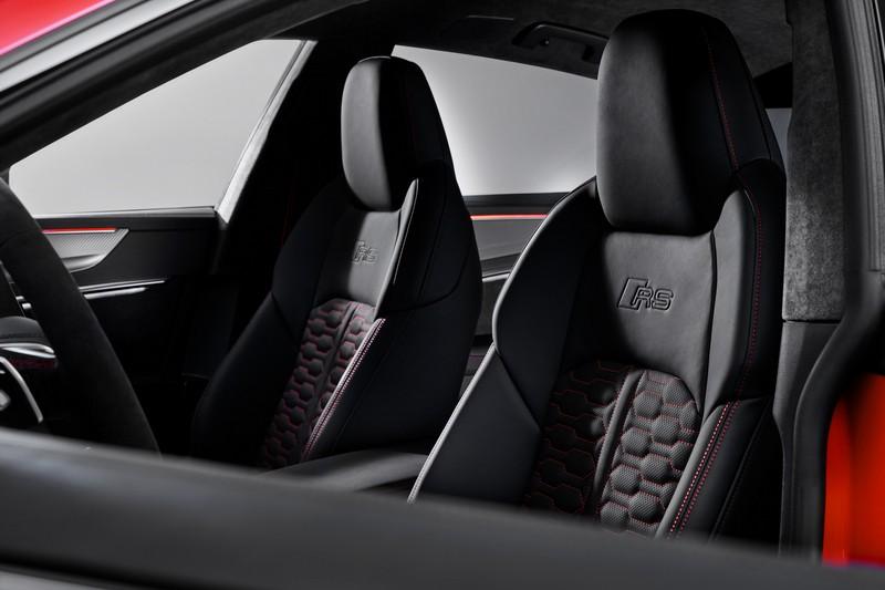 蜂巢式跑車座以及椅背RS字樣,替座艙增添一股性能氣息。