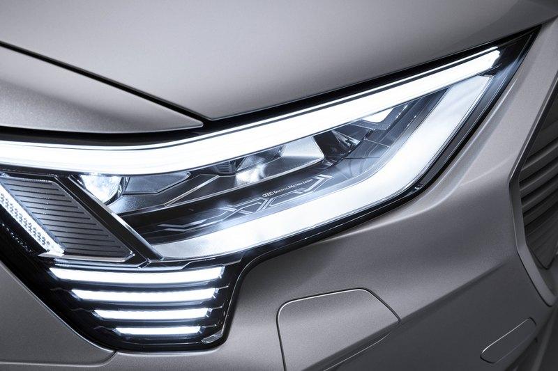 頭燈配置矩陣式LED,能提供更明亮更聰明智慧的照明效果。