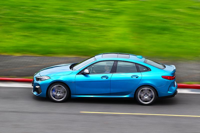 強勁動力讓M235i Gran Coupe有著4.9秒加速表現,即使高速也有充足加速力道。