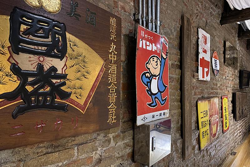 老宅的主人是醫師,於是牆上掛滿日治時期醫藥相關廣告招牌也自屬理所當然了。