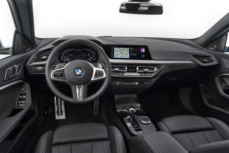 座艙格局與1 Series相同,配置10.25吋的中控螢幕與數位儀表和完善主動安全科技。