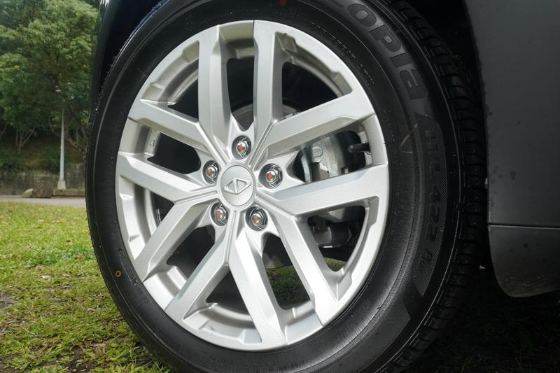 車側改變幅度不大,主要是換上新款五幅雙肋式輪圈