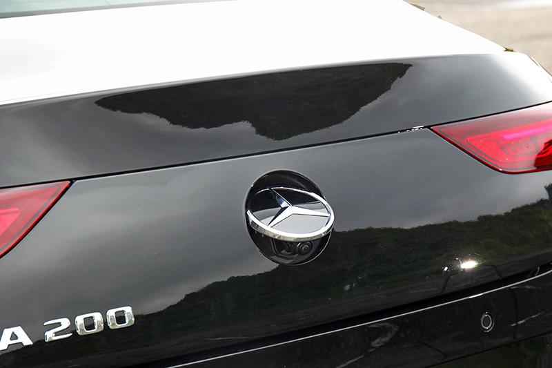 倒車攝影鏡頭隱藏在後廂Logo內部,打入倒檔時會自動彈出