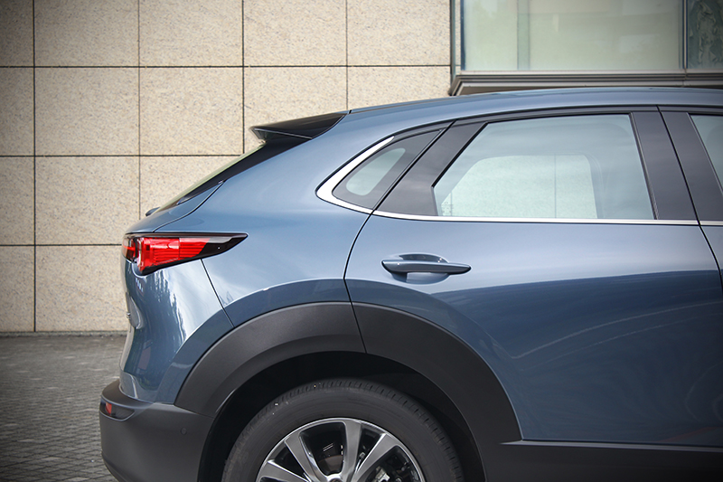 車側是CX-30表情演繹最是精彩之處,以曲面營造的大面積鈑件,卻能以S形曲度帶出光影分明的流麗身形。