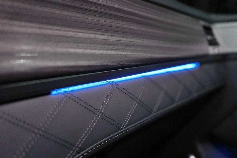 全車還有環艙氣氛燈設計,搭配精緻內裝彷彿來到高檔酒吧一般