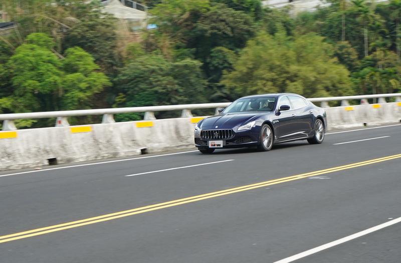 Quattroporte在設定上較偏向運動房車,路感回饋上會較同級對手明顯