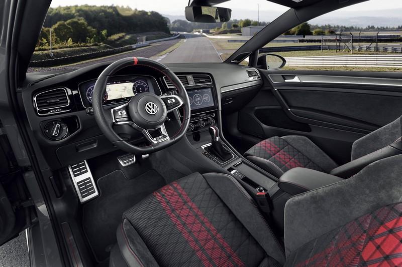 座艙座椅改換成麂皮搭配布面與新配色設定,方向盤於3、9點處增加透氣皮革材質。