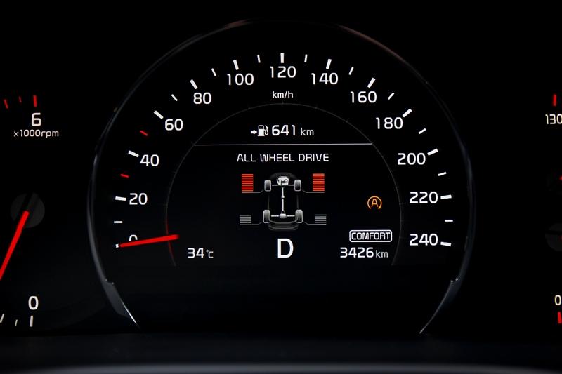 於儀表資訊幕可以得之車輛當下前後輪驅動狀態。