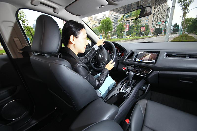 除了BKAD停車後方輔助系統,倒車顯影也是有效提升停車與倒車安全的利器。