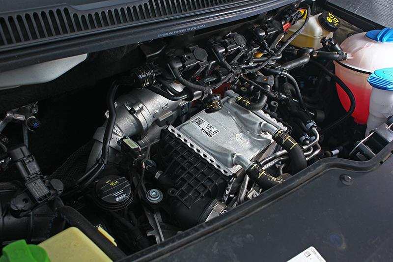 2.0升柴油引擎可輸出199ps與45.9kg-m動力,加上七速雙離合器自手排與四驅系統,即便車重驚人推力依舊飽滿豐沛。