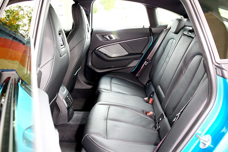 四門Coupe好處就是方便進出後座,2,670mm軸距也提供充裕環境。