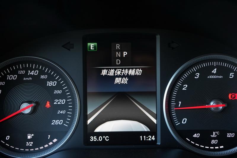 主被動安全系統開啟時也會同步顯示於中央液晶螢幕上