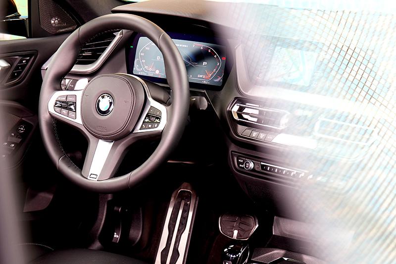 厚實的M款方向盤於操駕時提供良好握感。