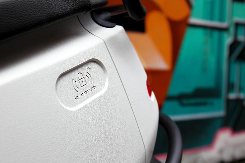 車身與Gogoro 3相同採PP防刮材質,並且也配備智慧鑰匙卡。