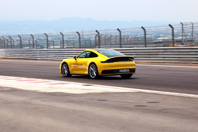 四輪傳動的911 Carrera 4S過彎穩定性可說是本次活動中最好的,讓人可非常從容地駕馭。