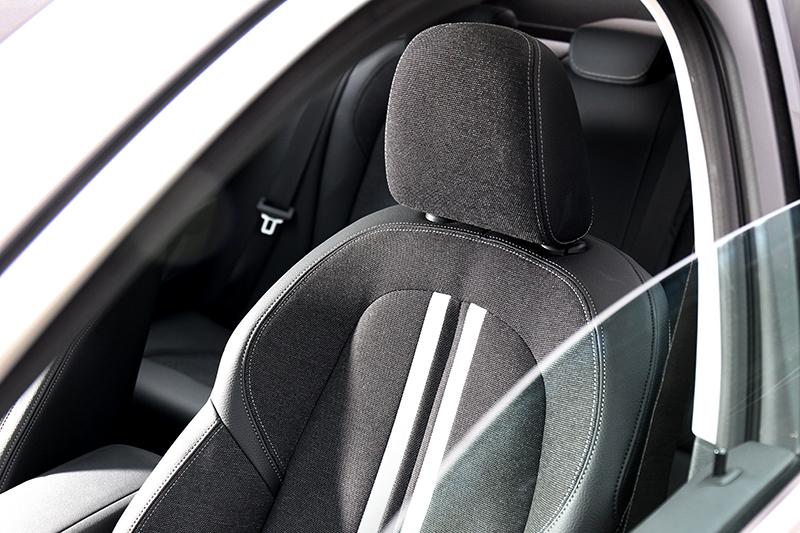 雖然不是跑車座椅但包覆性依然具有水準,首發版更升級電動腰靠。