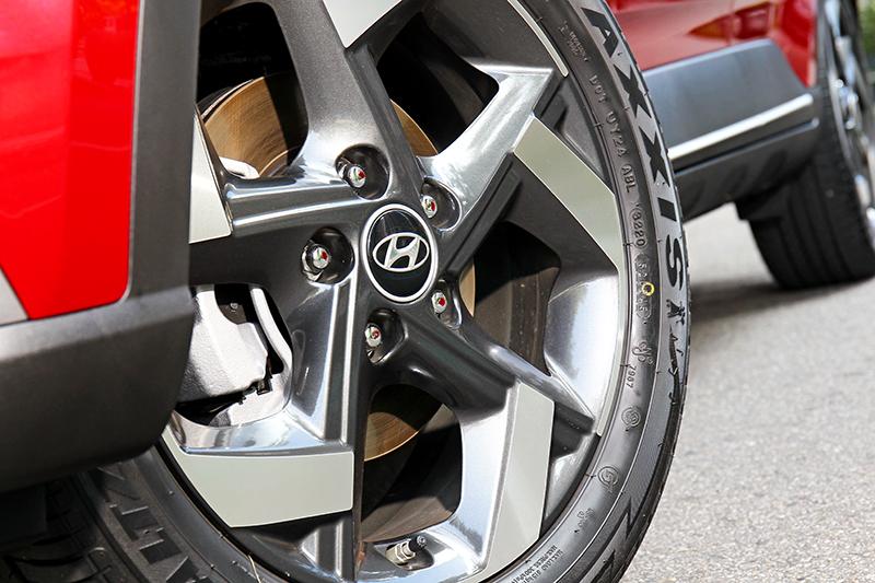 GLB與GLC車型配置17吋雙色切削輪圈。