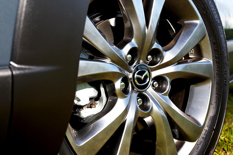 輪圈配置215/55 R18規格。