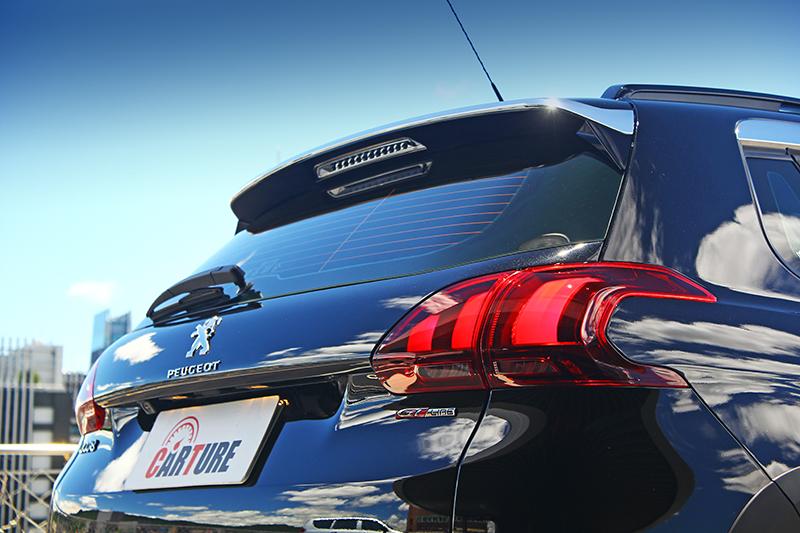 原已俐落挺翹的車尾,搭配GT Line銘牌後更顯動感。