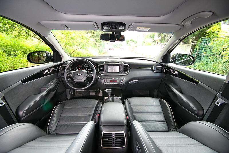 座艙仍維持相同格局,但方向盤則改為四幅式造型,同時也輔以鋼琴飾板提升質感。