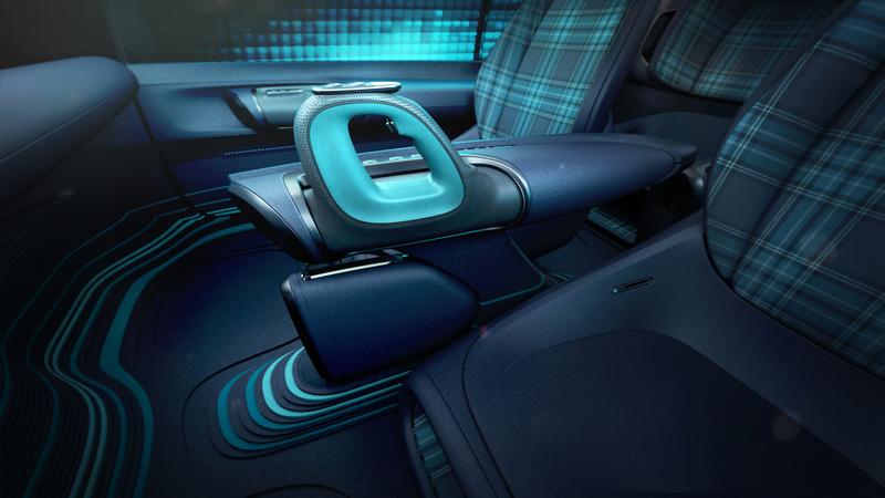 位於座椅兩側的操作桿,功能就是傳統方向盤。