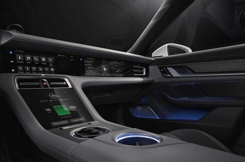 Taycan於儀表平台右側也提供10.9吋螢幕供副駕駛使用。