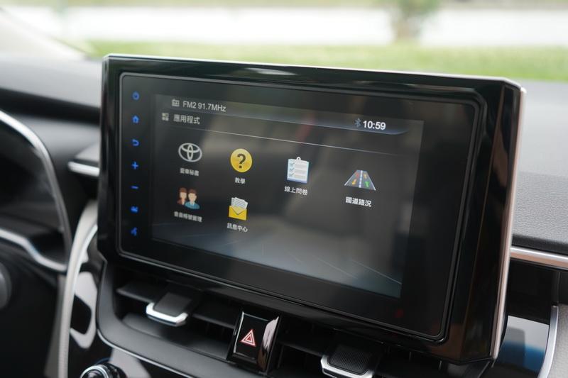8吋智連車載系統可透過與手機連線能查詢即時路況與行車服務功能