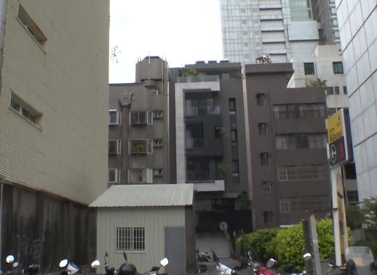 這間夾在兩棟大樓之間的一層樓鐵皮屋售價為9450萬。(圖/東森新聞)