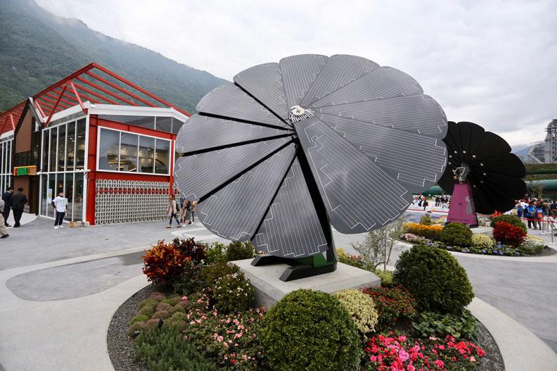 台泥DAKA內大型戶外太陽能發電暨裝置藝術「和平花(SmartFlower)」。張智傑攝