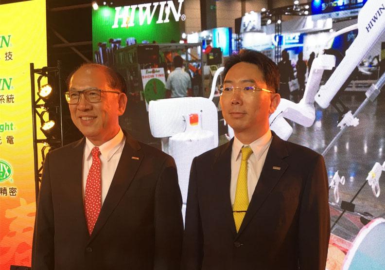 上銀集團總裁卓永財(左)與上銀科技董事長卓文恒(右)。林鳳琪攝