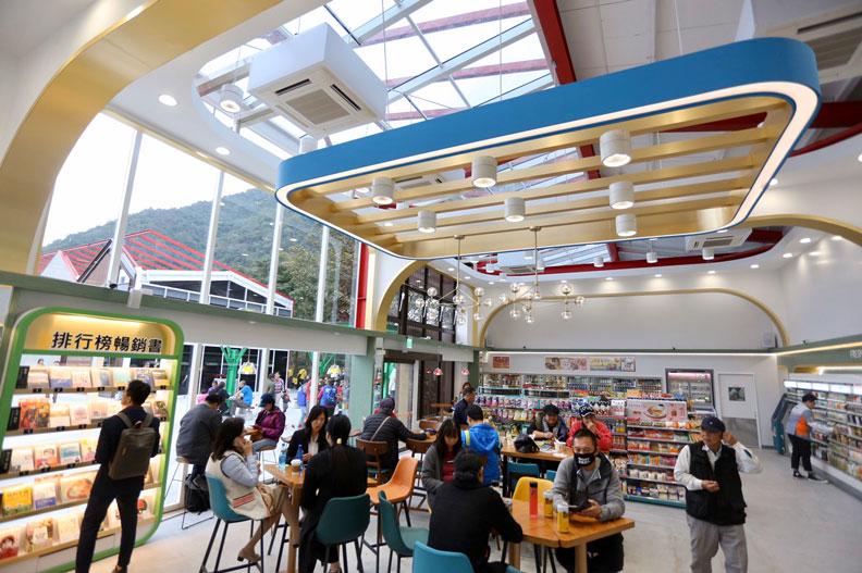 台泥DAKA園區內的7 ELEVEN以溫暖的木紋色,將烘培、K.Seren(美妝)、糖果食品及書店等整合在單一門市內。張智傑攝