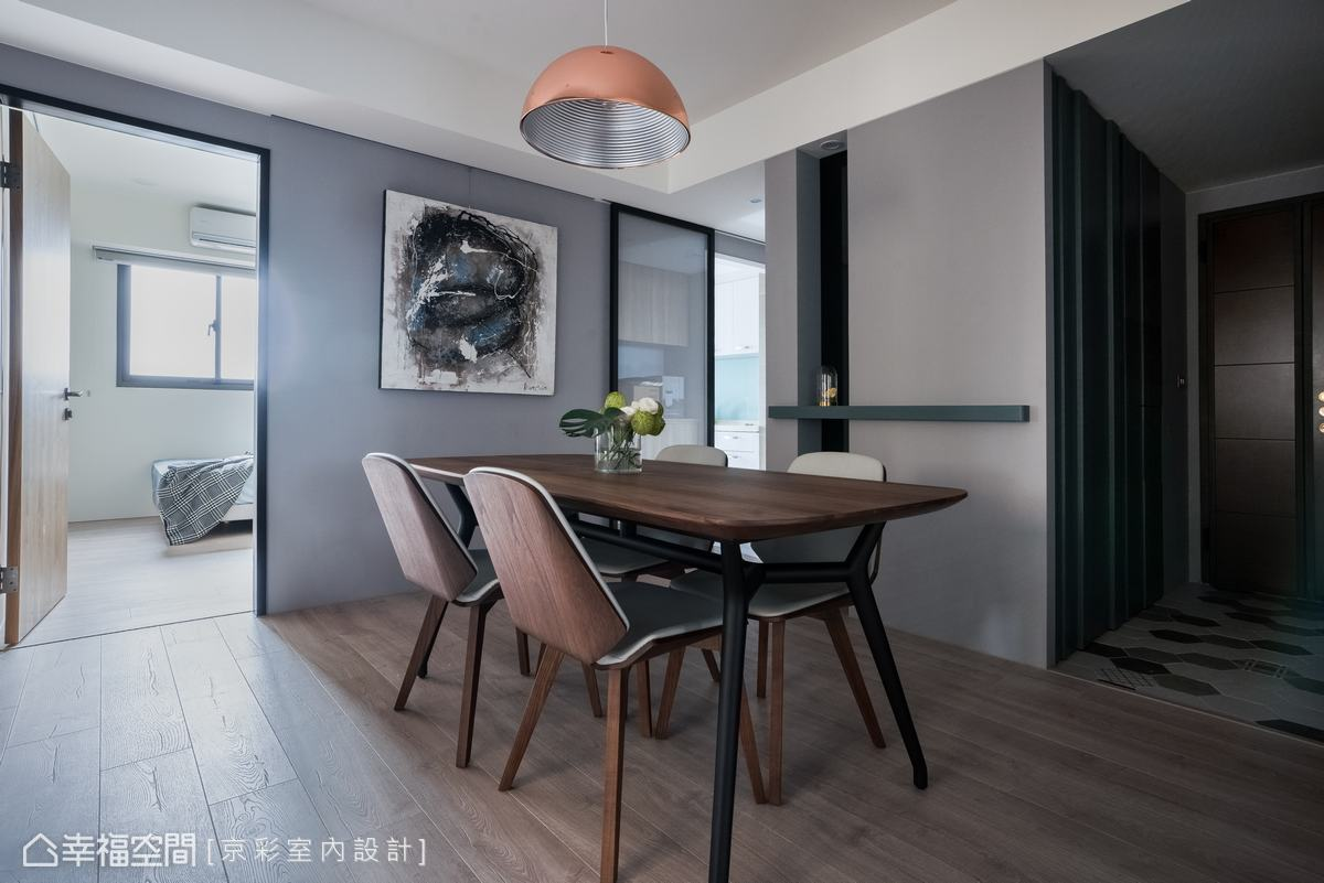藉由地坪及輕隔間,清晰劃分機能場域,並運用內斂沉穩的木料材質,圍塑舒緩輕鬆氛圍。
